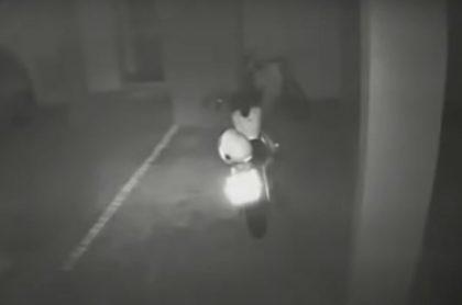 Video viral de moto que arrancó sola dentro de parqueadero, en Brasill