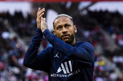Neymar para nota de contrato con el PSG.