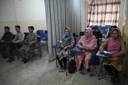 Talibanes en Afganistán separan a mujer universitarias de hombres con cortinas