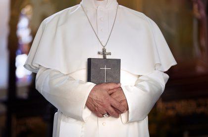 Imagen de un obispo, que ilustra nota; uno renuncia al enamorarse de escritora de satanismo