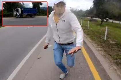 Momento en que el conductor de una volqueta intenta apuñalar a un motociclista cerca de Bogotá