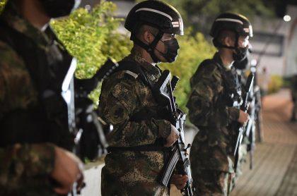 Soldados del ejército para nota de libreta militar.