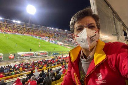 Claudia López en el estadio partido de Santa Fe