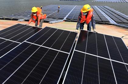 Imagen de instalación de paneles solares ilustra artículo EE.UU. espera que el Sol proporcione el 45% de su energía
