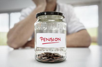 Persona preocupada por su pensión