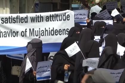 Mujeres mostraron apoyo a talibanes en Afganistán; muchos creen que fue actuado.
