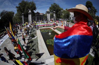 Imagen de la protesta de colombianos en Madrid por visita de Iván Duque a Feria del Libro en España