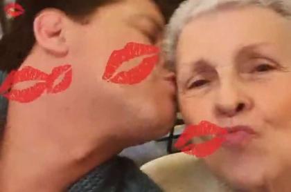 Foto de Carlos Vives y su mamá, Aracely Restrepo, en nota de razón que dan para decir que Carlos Vives 'abudineó' a su mamá.