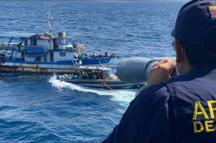 Momento cuando la Armada Nacional rescata a la ambientalista Sandra Bessudo y a ambientalistas a la deriva en Malpelo