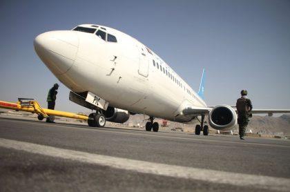 Imagen de avión en Afganistán; el primer vuelo comercial salió del país tomado por talibán