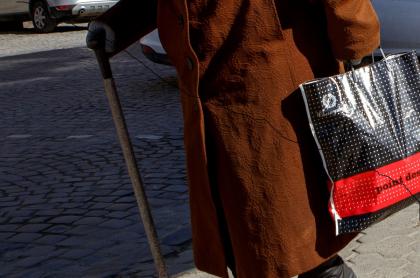 Imagen de anciana que ilustra nota; una mujer roba maleta llena de plata y queda libre