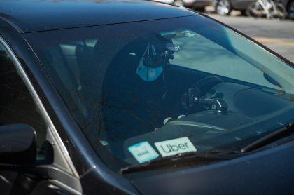 Vehículo Uber para nota de conductor y policía que abatió a dos asaltantes