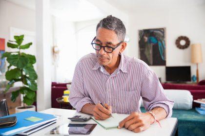 Hombre haciendo cuentas ilustra nota sobre cómo consultar las semanas cotizadas en Colpensiones