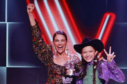 María Liz, ganadora de 'La voz kids', junto a Natalia Jiménez.