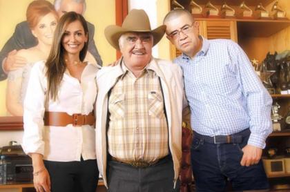 Lisette Osorio (de Ventas Internacionales de Caracol Televisión), Vicente Fernández y Dago García, en nota de producción que hará Caracol Televisión de Vicente Fernández.