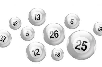 Balotas plateadas de diferentes números, ilustran qué lotería jugó anoche y resultados de las loterías de la Cruz Roja y Huila.