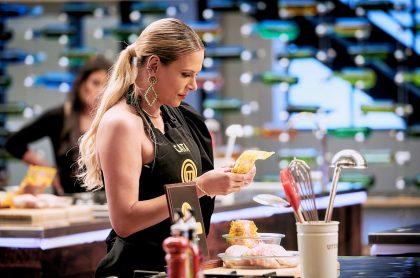 Catalina Maya leyendo receta en 'Masterchef', a propósito de que contó que se preparó para el concurso de RCN con chef de Caracol, Juan Diego Vanegas.