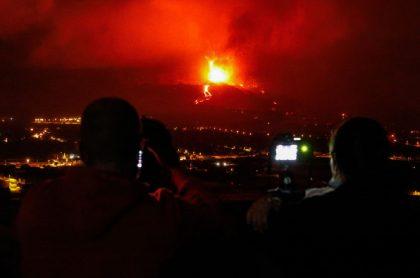 Imagen de la lava del volcán Cumbre Vieja en España, que empieza a detenerse cerca de zona residencial