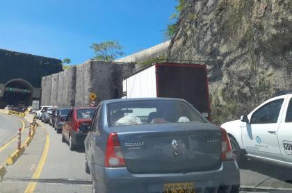 Foto de trancón en vía Villeta-Guaduas, en nota acerca del reporte de esa afectación del tránsito víal.