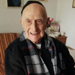 (FILES) This file photo taken on January 22, 2016 shows Yisrael Kristal sitting in his home in the Israeli city of Haifa. Kristal, a 112-year-old Israeli Holocaust survivor who lived through both world wars, is now the world's oldest living man, Guinness World Records said on March 11, 2016.   / AFP / SHULA KOPERSHTOUK