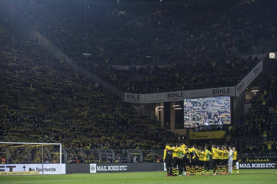Los aficionados del Borussia Dortmunand cantando el 'You'll never walk alone' en honor a uno de los seguidores del equipo que murió de un ataque al corazón.