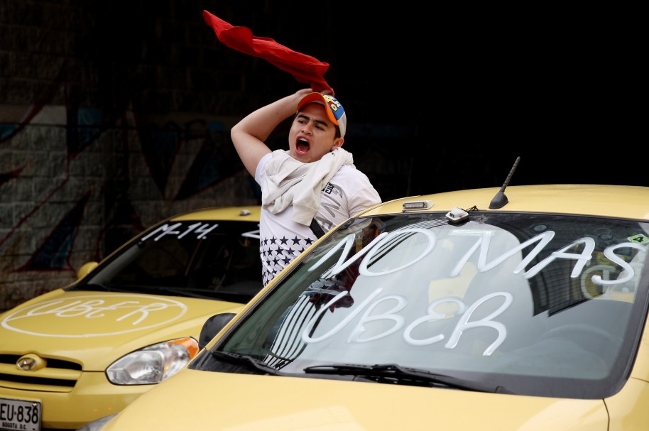 Un taxista grita consignas durante una protesta contra la plataforma tecnológica Uber en Bogotá
